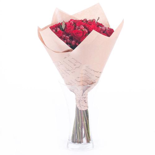 Sweet červené ruže a hypericum
