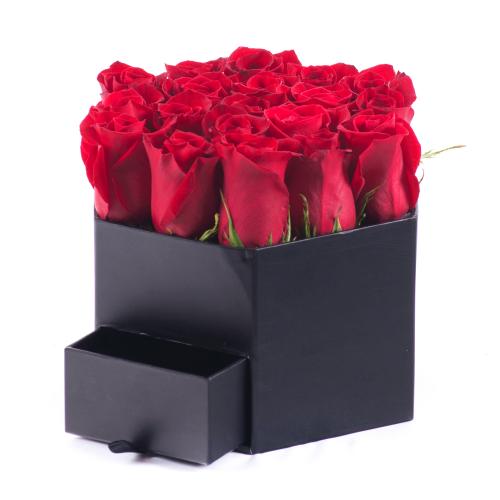 Flower box čierny šesťhran červené ruže