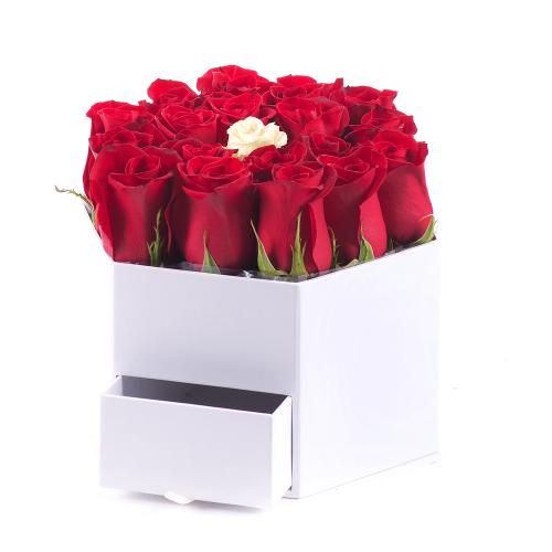 Flower box biely šesťhran červené a krémová ruža