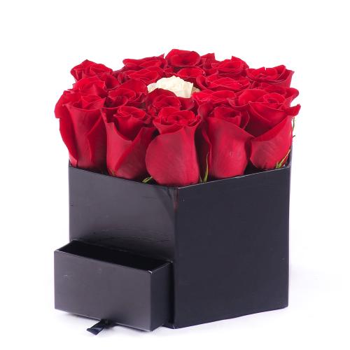 Flower box čierny šesťhran červené a krémová ruža