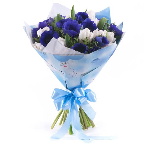 Sweet modré anemone a biele tulipány
